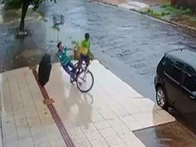 Vítima tenta fugir correndo, mas acaba caindo ao lado do suspeito em piso escorregadio (Foto: Reprodução)