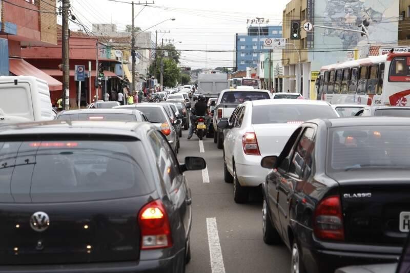 O protesto, que aconteceu na hora do rush, deixou trânsito tumultuado na região do Centro (Foto: Cleber Gellio)