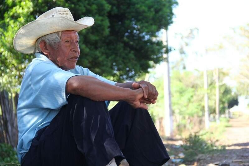 Na beira do caminho, indígena lamenta morte de companheiros em conflito (Foto: Marcos Ermínio)