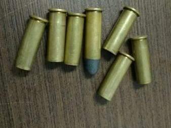 Cápsulas encontradas em frene à casa (Foto: Chistiane Reis)