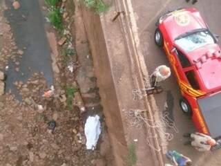 Homem caiu na parte de concreto da canalização do rio Anhanduí (Foto: Direto das Ruas/Vinicius Santana)