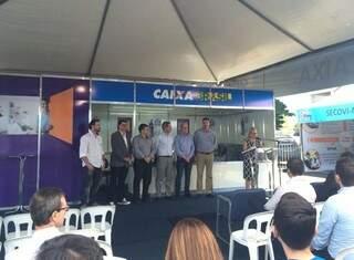 Autoridades participam de abertura do feirão, que acontece no estacionamento do shopping Campo Grande. (Foto: Liana Feitosa)
