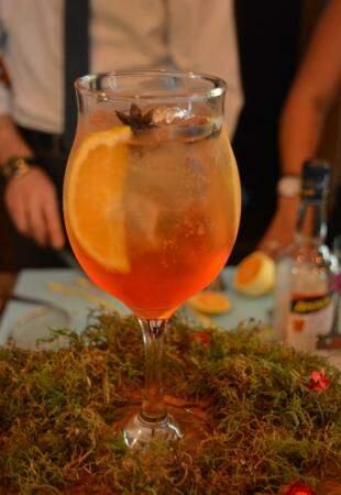 Aperol Spritz finalizado com espumante brut. (Foto: Thailla Torres)