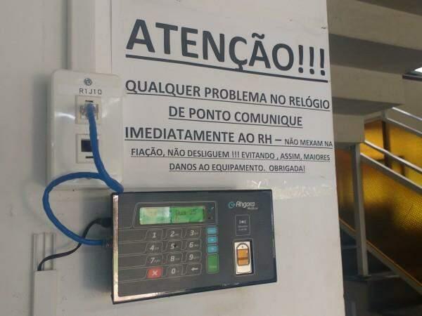 Ponto eletrônico instalado na secretaria de Administração. (Foto: Richelieu de Carlo)