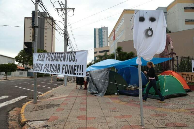 Funcionários montaram barracas e passaram a noite no local. (Foto: Fernando Antunes)