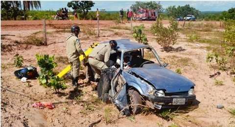 Veículo capota, mata mulher e deixa três feridos em Coxim