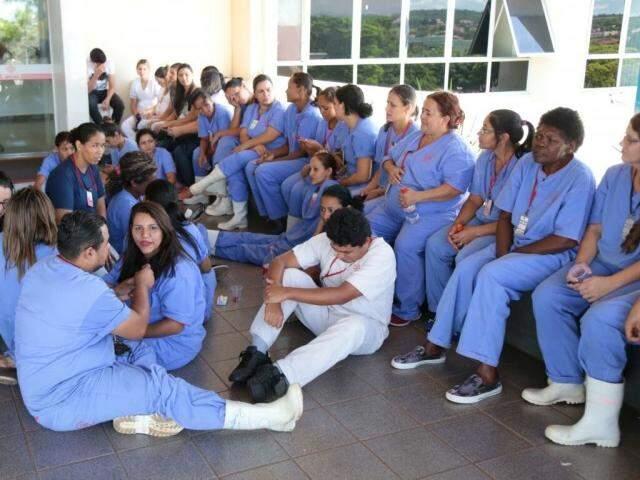 Funcionários cruzam os braços à espera do salário de dezembro. (Foto: Fernando Antunes)