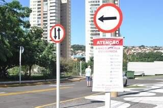 Faixa colocada na rua Paraná reclama de reordenamento viário.(Foto: Marcelo Calazans)
