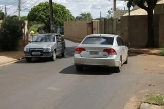 Apesar de curva estreita, rua continuará mão dupla por tempo indeterminado (Foto: Cleber Gellio)