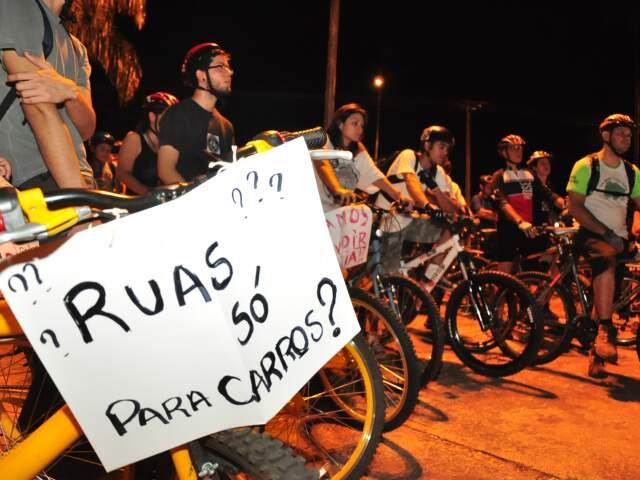 Cerca de 60 ciclistas participaram do passeio. (Foto: João Garrigó)