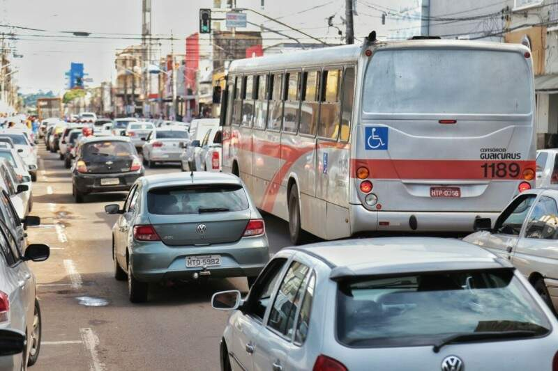 Trânsito intenso de veículos nas ruas principais. (Foto: Fernando Antunes)