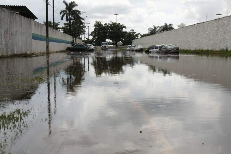 Rua com escoamento falha é tomada pela água na Capital (Foto: Cleber Gellio)