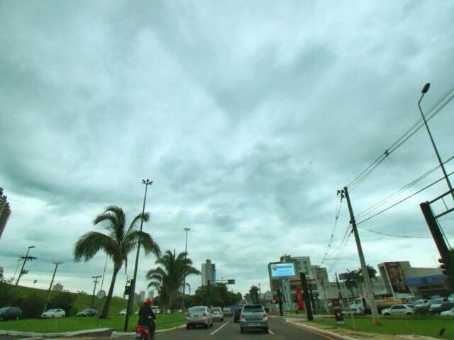 Céu nublado na tarde desta segunda-feira em Campo Grande (Foto: André Bittar)