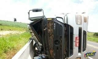 Motorista é lançado para fora do veículo. (Foto: Idest)