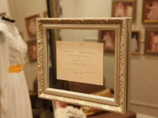 Arquiteta trouxe o vestido, véu, convite e as fotos para onde a mãe se casou, em 1975.