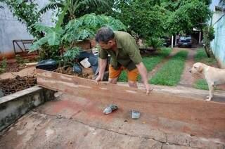 Os moradores preparam sua casa para conter as chuvas (Foto: Marcos Ermínio)