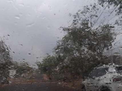 Campo Grande acende luzes mais cedo e chuva faz temperatura cair 5ºC