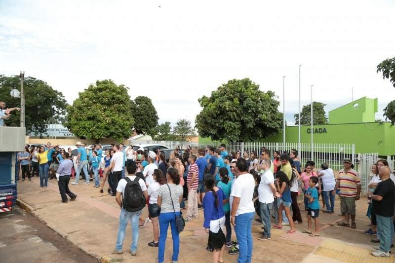 Pais e alunos fizeram protesto em frente ao Ceada na manhã desta quinta-feira. (Foto: Fernando Antunes)