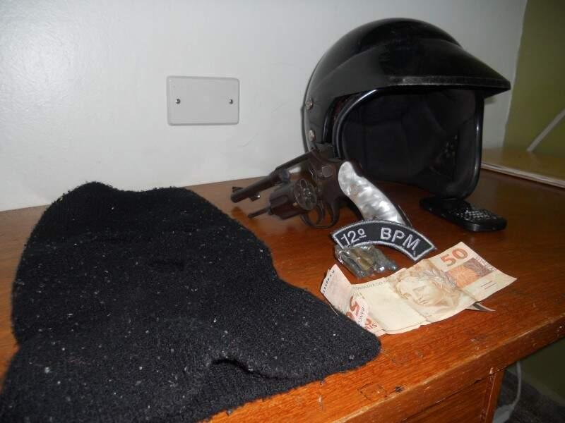 Capacete e capuz que teria sido usado pelo adolescente (Foto: Polícia Militar)