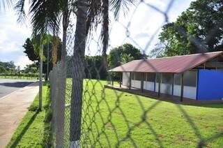 A Guarda Municipal explica que fecharam a passarela para proteção dos moradores (Foto: João Garrigó)