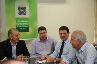 Governador do Estado (à esq.) se reuniu com representantes do setor empresarial (Foto: Divulgação)