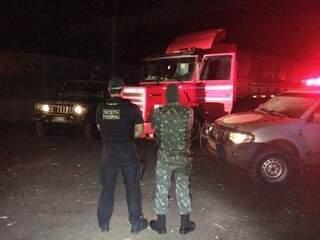 Agente da Receita Federal e homem do Exército observa carreta encontrada em depósito do contrabando (Foto: Divulgação)