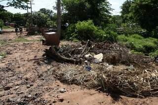 Um buraco perto da casa delas não deixou a água escoar, inundando os barracos (Foto: Cléber Gellio)