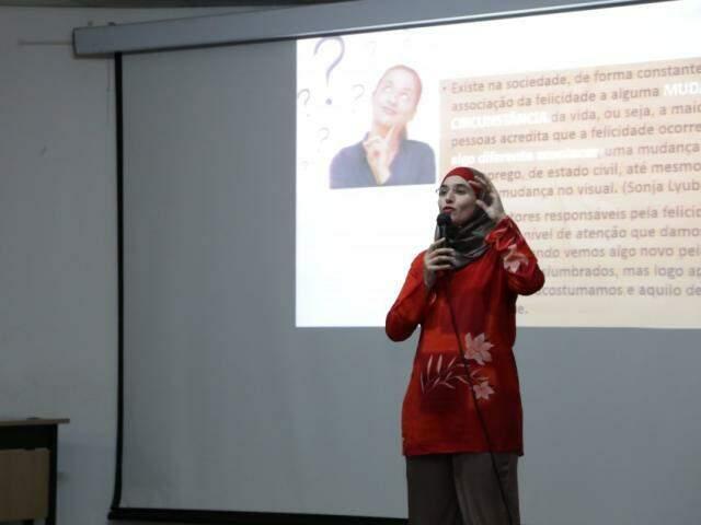 Aulas serão ministrada por Sálua da área da psicologia positiva (Foto: Kisie Ainoã)