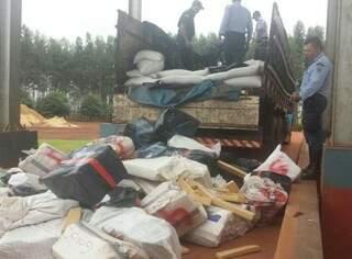 Foram 4.040 quilos, em 4.150 tabletes que estavam em baixo de uma carga de semente de chia. (Foto: divulgação PRE)