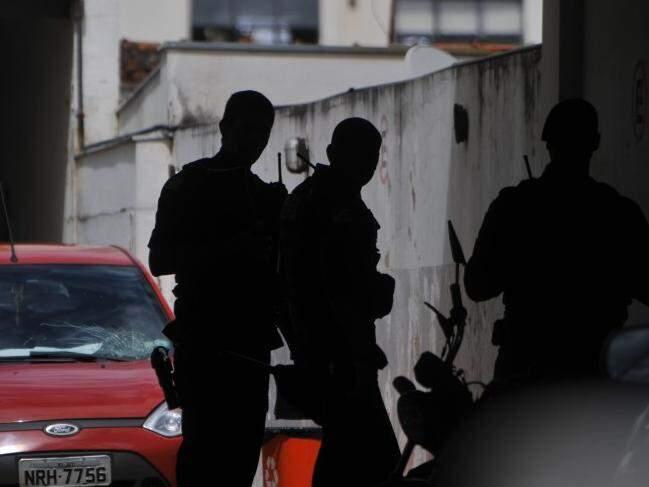 Policiais militares na Depac no dia do crime. (Foto: Alcides Neto)