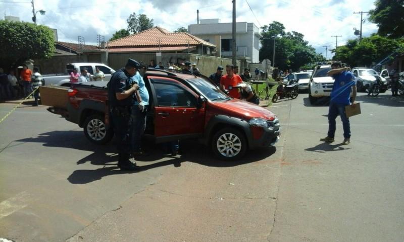 Strada em que as vítimas estavam foi atingida por 15 tiros de pistola (Foto: Porã News)