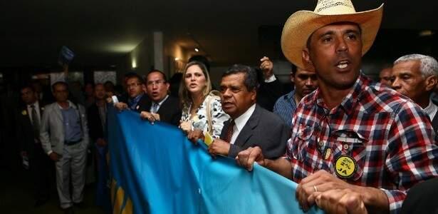 Prefeitos de todo o País invadindo o Salão Verde da Câmara (Foto: UOL)