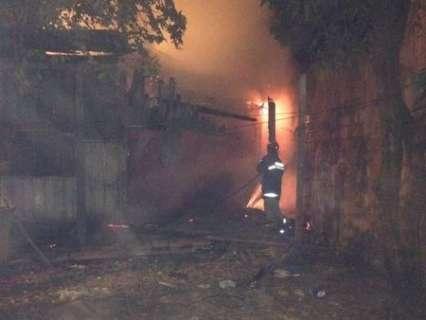 Incêndio destroi casa utilizada como ponto para consumo de drogas