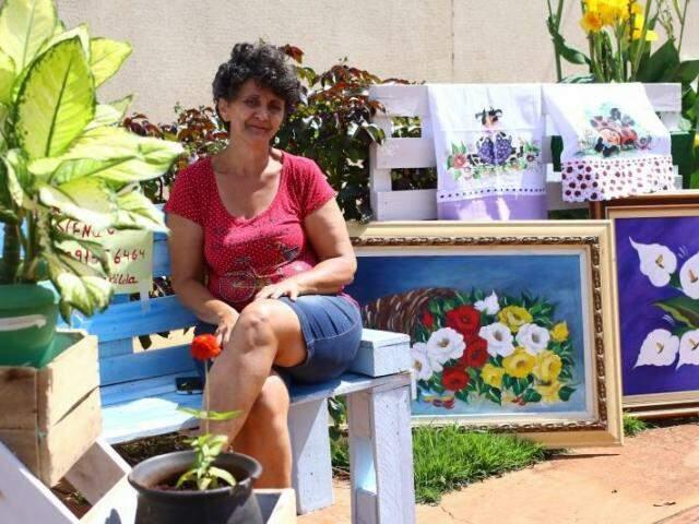 Na frente de casa, artesanato e obras de arte são resultados de uma nova vida para Cida. (Foto: André Bittar)