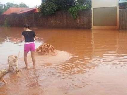 Chuva forte atinge bairros da região oeste de Campo Grande e alaga ruas