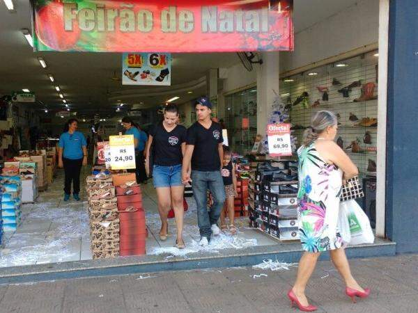 Lojas aproveitam o fim do ano com promoções para limpar o estoque que sobrou do Natal. (Foto: Amanda Bogo)