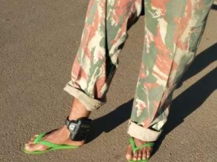 De tornozeleira e chinelo de dedo, homem é detido com farda da PMA