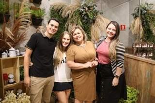 Kelton, Sarah, Catarina e Jessika são a atual equipe do Eu Amo Café