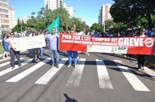 Professores fizeram protesto ontem em frente à prefeitura. (Foto: Marcelo Calazans)