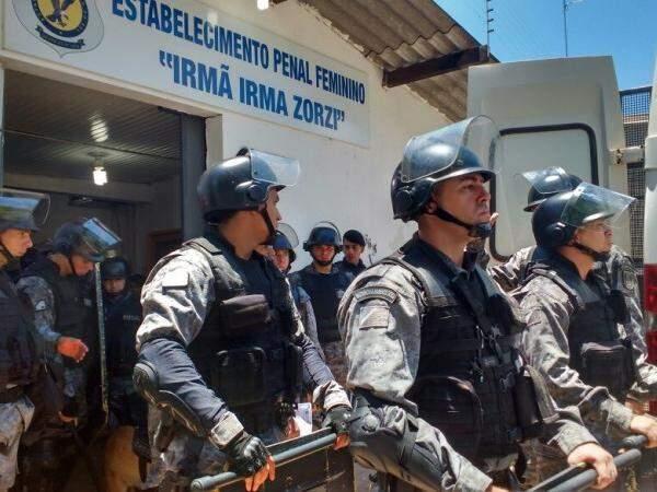 Batalhão de Choque foi acionado para colaborar com transferência de internas. (Foto: Amanda Bogo)