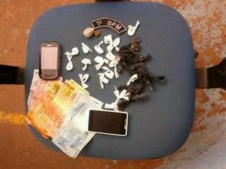 Foram encontrado cocaína e R$ 500 com os dois rapazes (Foto: Divulgação)