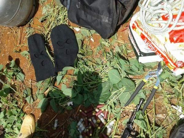 Toucas ninjas e munições calibre 12 foram encontradas perto dos corpos (Foto: Porã News)