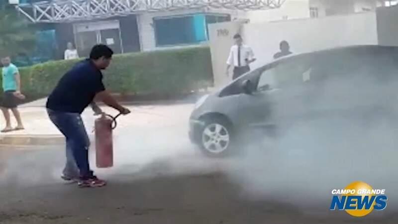 Carro pega fogo e motoristas ajudam a conter as chamas
