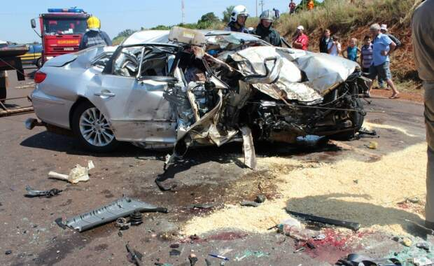 Carro ficou destruído (Fotos: Portal Rondon)