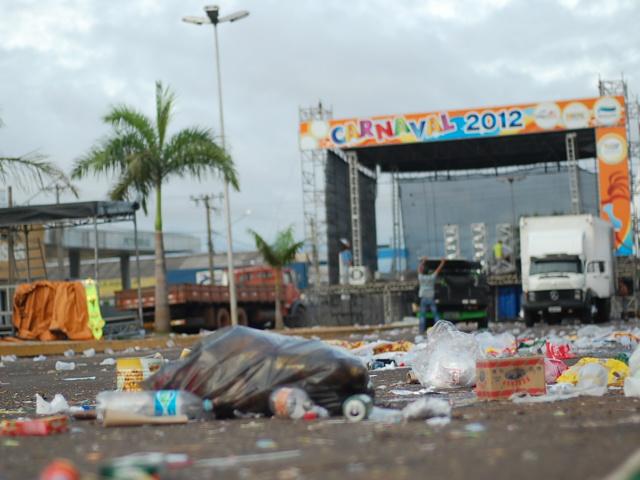 Quem passou pela avenida Fernando Corrêa da Costa nesta manhã encontrou muito lixo (Foto: Marlon Ganassin)