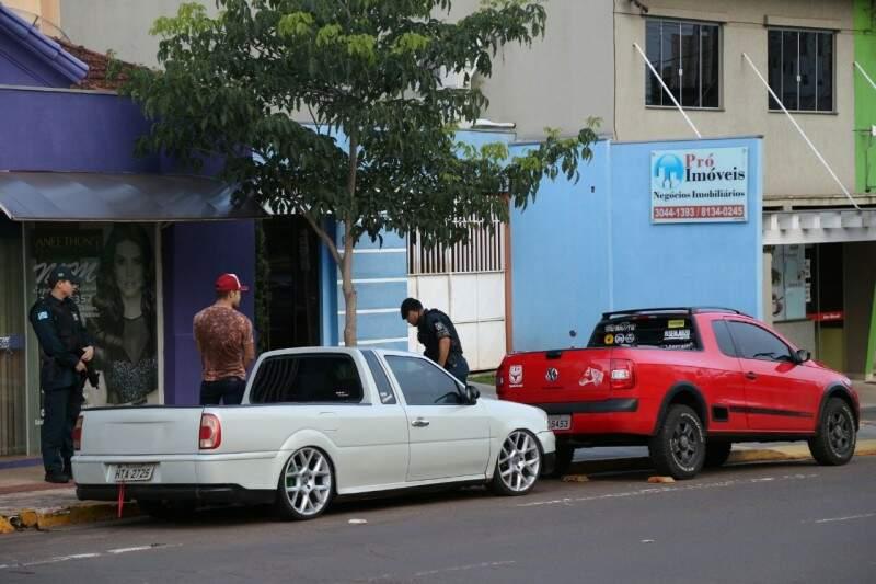 Carros foram levados pela polícia à delegacia após reclamações (Foto: Marcos Ermínio)