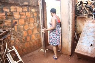 Vítima deu adeus a casa onde viveu em condições precárias antes de ir ao abrigo (Foto: Marcos Ermínio)