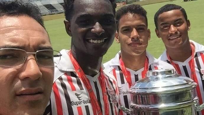 O campo-grandense Alberto com três dos seus quatro jogadores que defendem o Paulista de Judiaí na Cpinha 2017 (Foto: Globo.com)