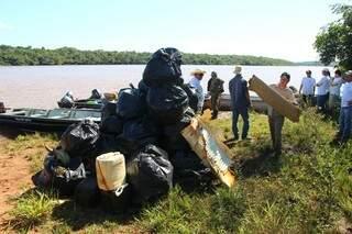 Lixo retirado em pouco mais de duas horas em ação conjunta da PMA com a prefeitura e voluntários da região. (Foto: Fernando Antunes)