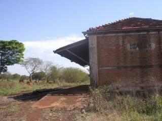Antiga estação de trem no distrito de Itahum; projetos do governo continuam longe de Dourados (Foto: Paulo Yuji Takarada)